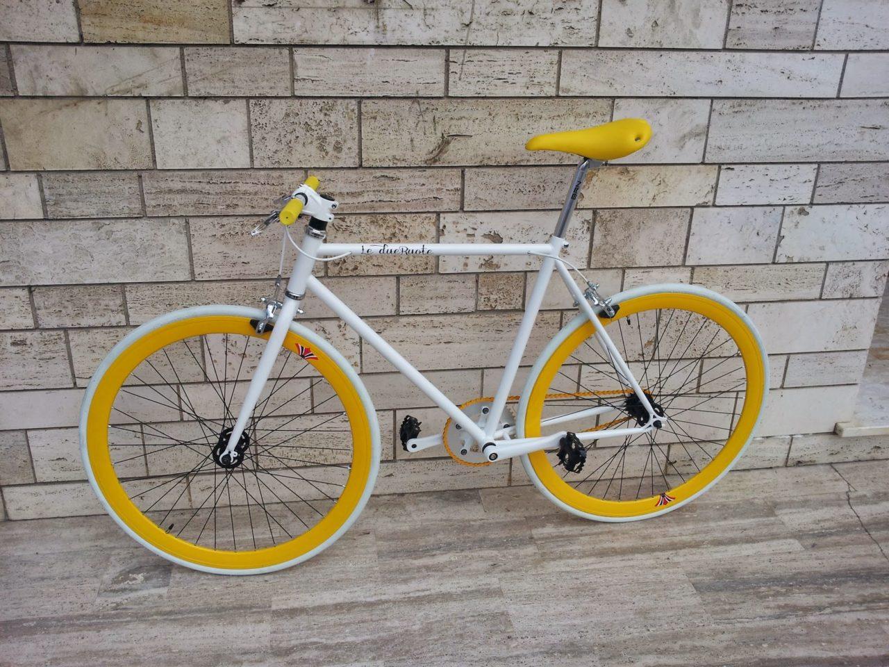 Bici Fixed Assemblata Da Le Due Ruote Bianca Con Componenti Gialli